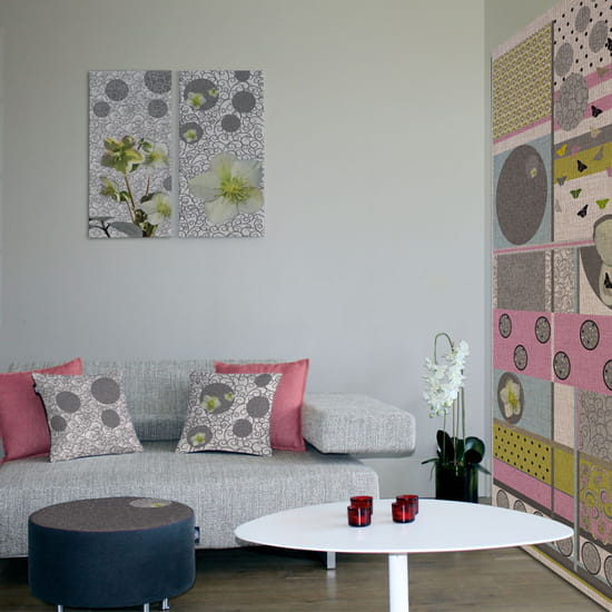cadre au dessus canap miroir acier dans un salon avec. Black Bedroom Furniture Sets. Home Design Ideas