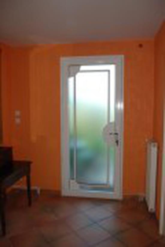 poser une porte d 39 entr e pvc. Black Bedroom Furniture Sets. Home Design Ideas