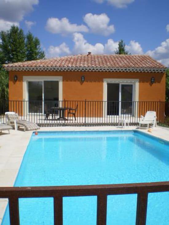 Je souhaite poser un dallage ou un carrelage autour de ma piscine qui peut m - Carrelage autour piscine ...