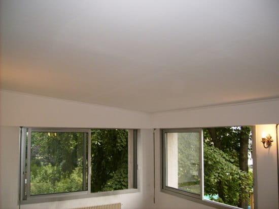 Le plafond est fait de plaques de polystyr ne comment le couvrir pour les fair - Recouvrir un plafond en lambris ...
