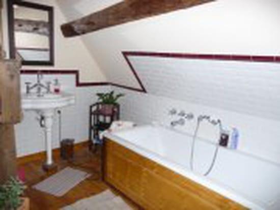 peut on poser des planches en bois massif autour d 39 une baignoire. Black Bedroom Furniture Sets. Home Design Ideas